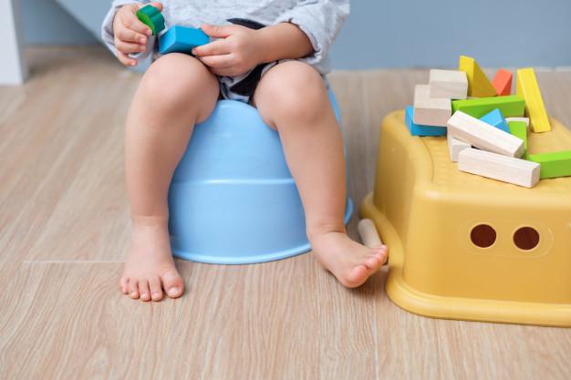 barn på plast potte
