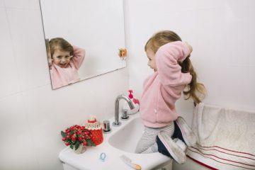 pige på toilettet