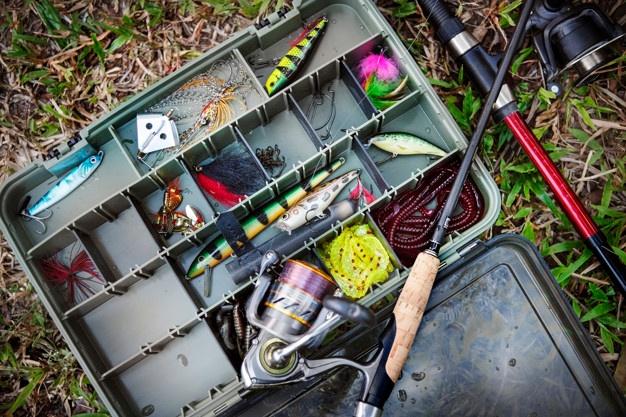 kasse med fiskeudstyr