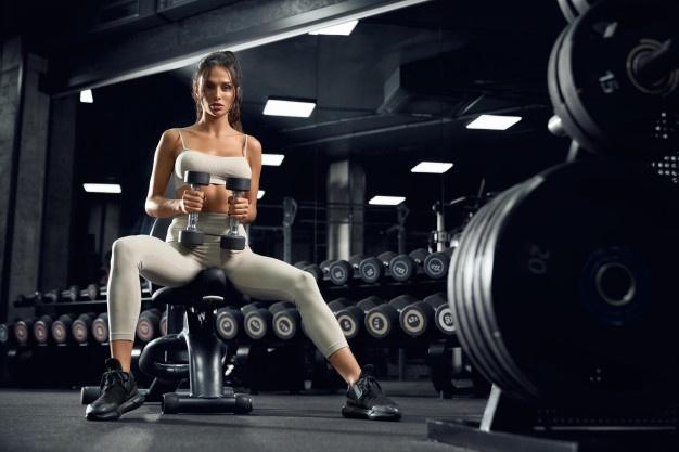 kvinde på træningsbænk