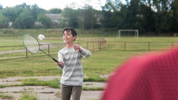 dreng spiller badminton