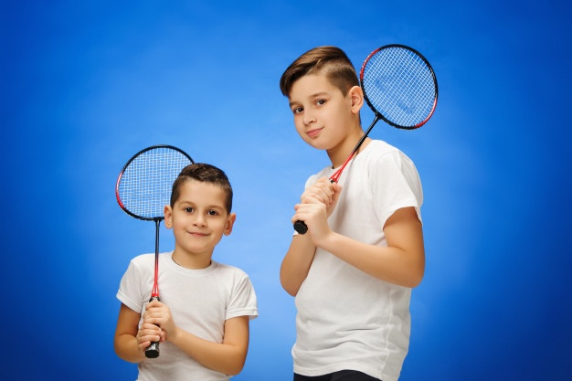drenge med badmintonketcher